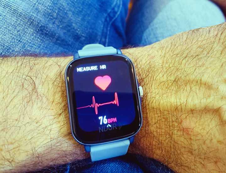 Ndur watch measuring heart rate