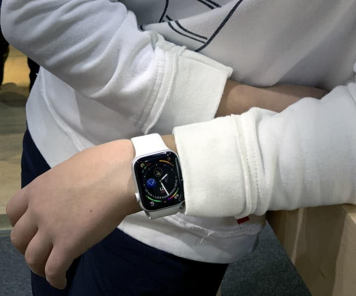 Apple watch - kids hand - white band